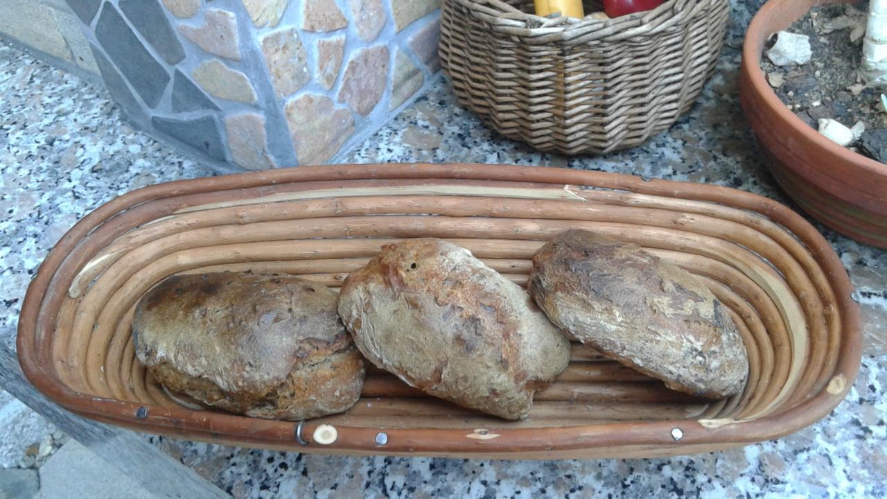 Chléb v kamenné zahradní peci
